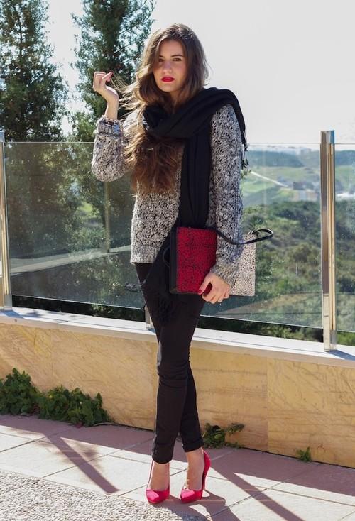 Девушка в черных брюках-скинни