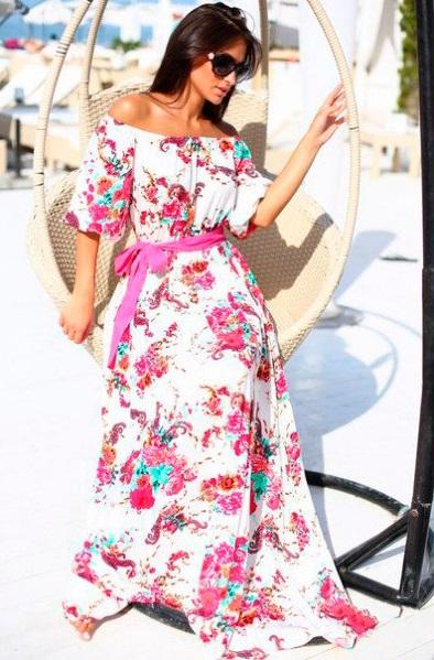 Девушка в длинном платье с открытыми плечами