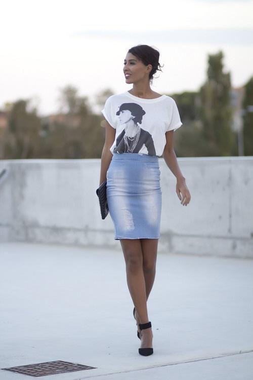 Девушка в джинсовой юбке и топе с принтоп
