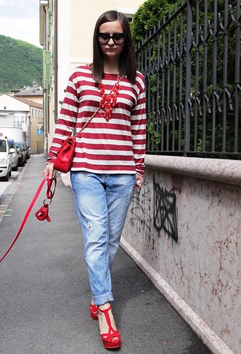 Девушка в голубых джинсах и красных туфлях