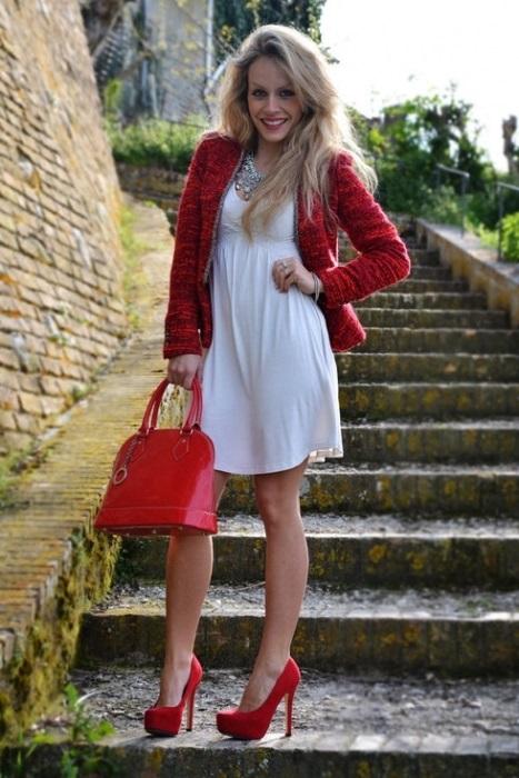 Девушка в коротком белом платье