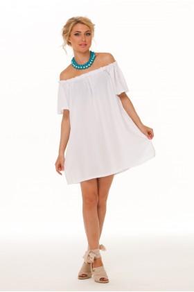 Девушка в коротком платье с открытыми плечами
