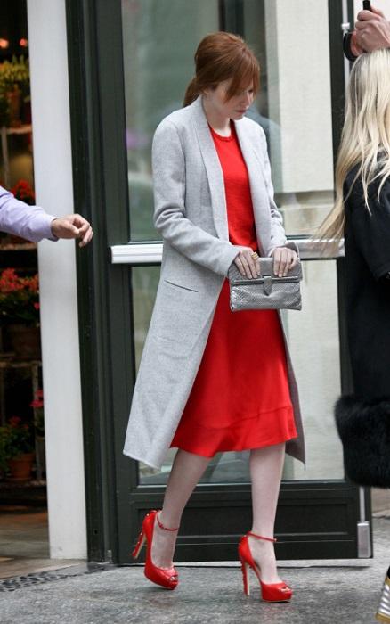 Девушка в красном платье и красных туфлях