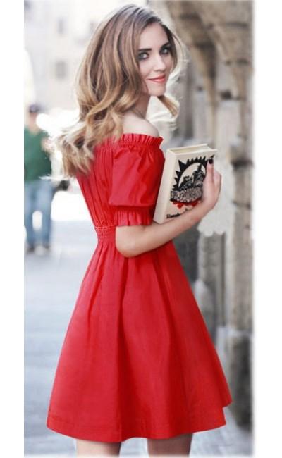 Девушка в красном платье на резинке