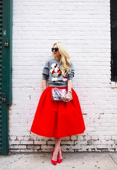 Девушка в красной юбке и свитшоте