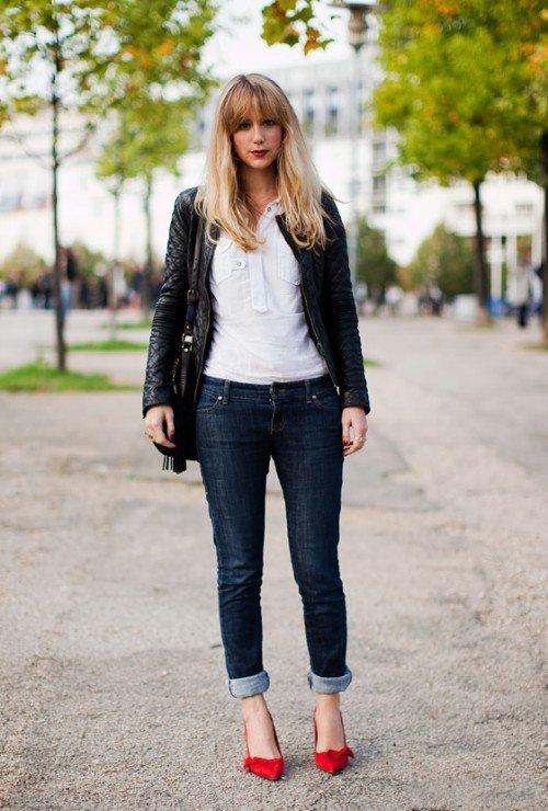 Девушка в красных лодочках и джинсах