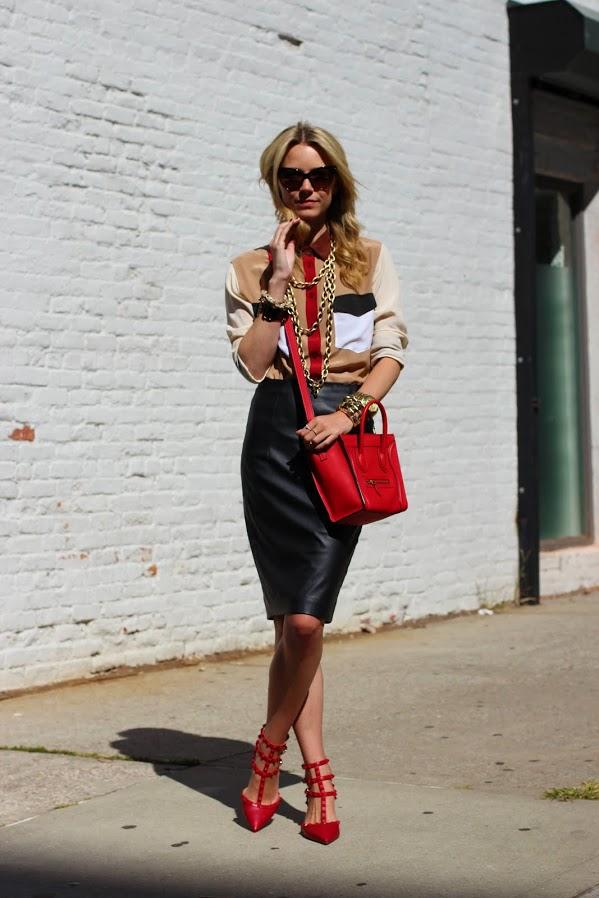 Девушка в красных туфлях и черной юбке-карандаш