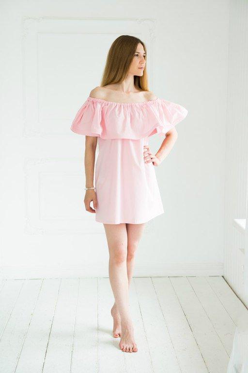 Девушка в нежно-розовом платье с воланом