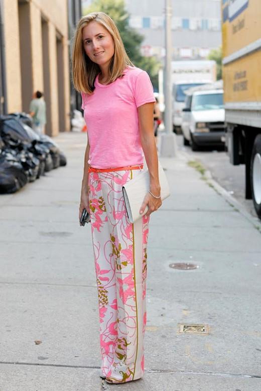 Девушка в нежно-розовых пижамных штанах