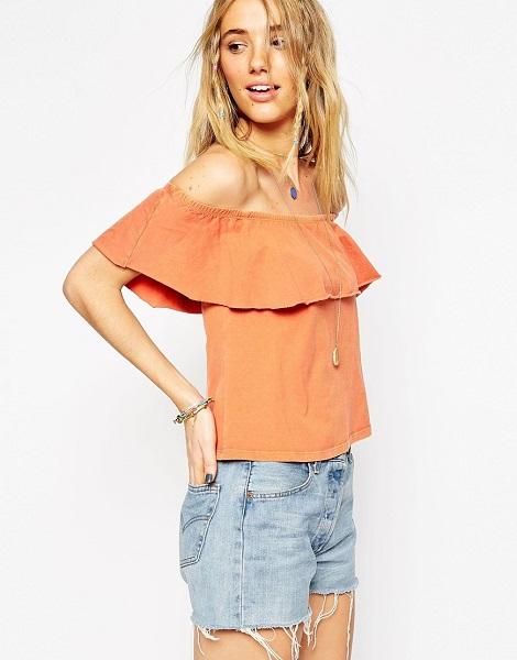 Девушка в персиковой блузке