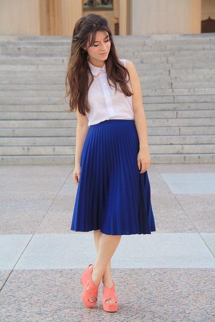 Белая блузка синяя юбка