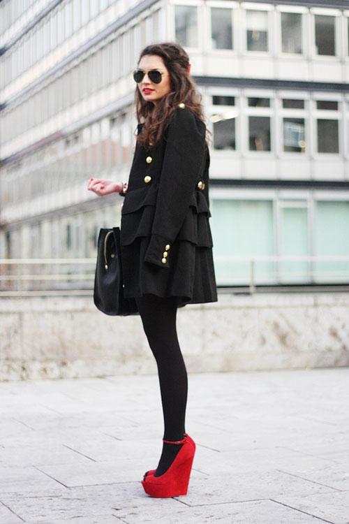 Девушка в плотных колготках и красных туфлях