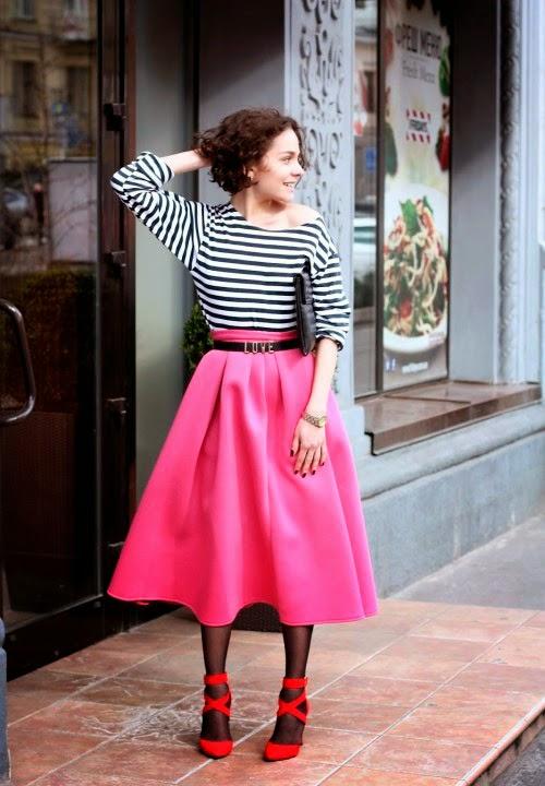 Девушка в пышной розовой юбке и красных туфлях