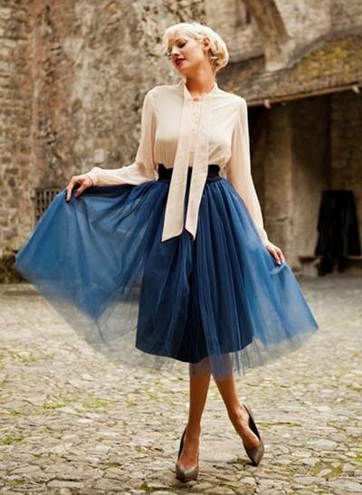 Девушка в пышной юбке и кремовой блузке