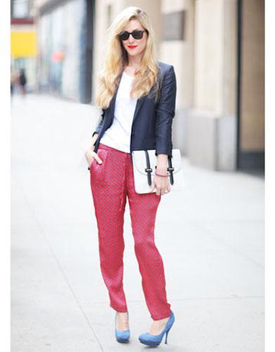 Девушка в розовых пижамных штанах