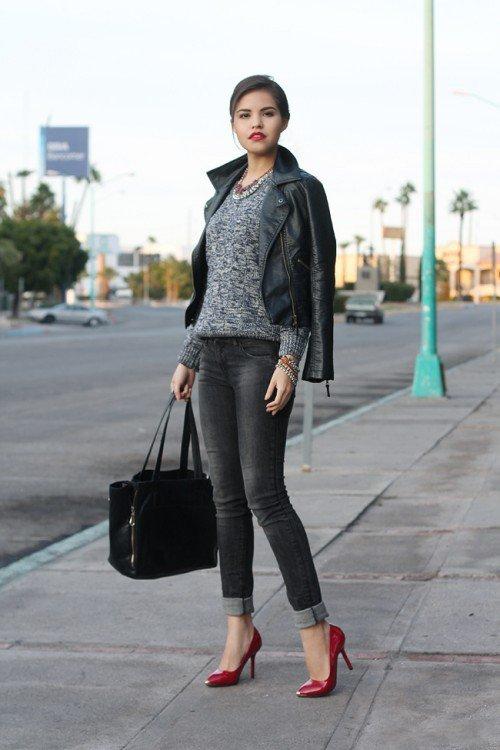 Девушка в серых джинсах и красных туфлях