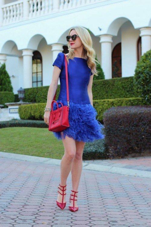 Девушка в синем платье и красных туфлях