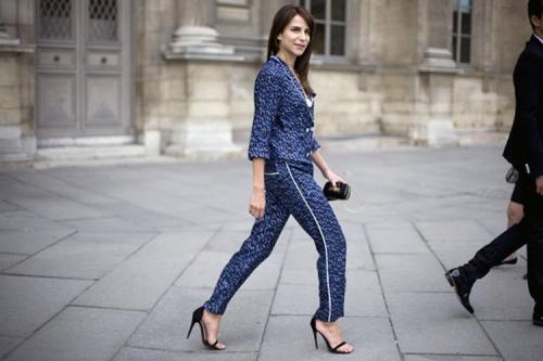 Девушка в стильном пижамном луке