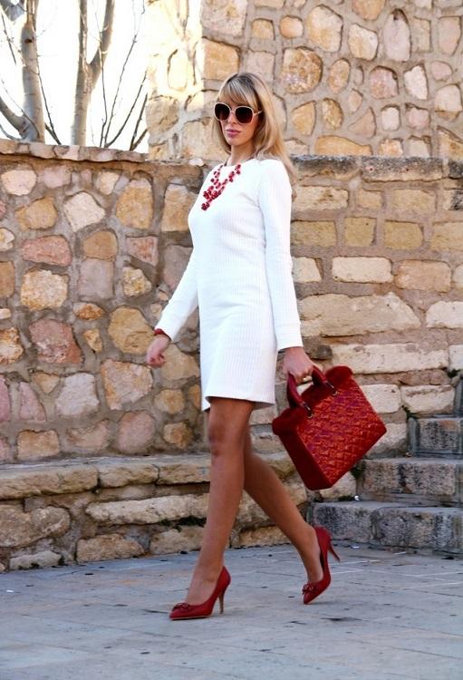 Девушка в строгом белом платье и красных туфлях