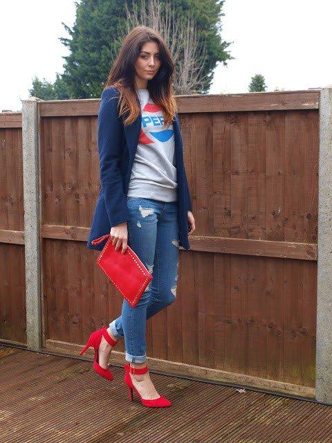 Девушка в светлых джинсах и красных туфлях