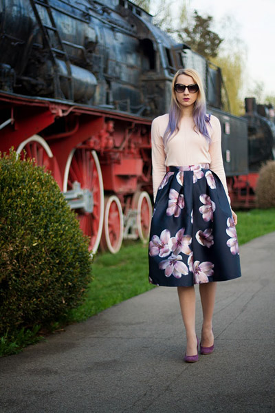 Девушка в темно-синей юбке и с цветами