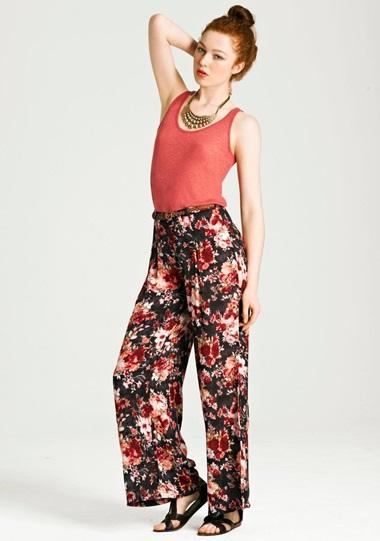 Девушка в ярких пижамных штанах