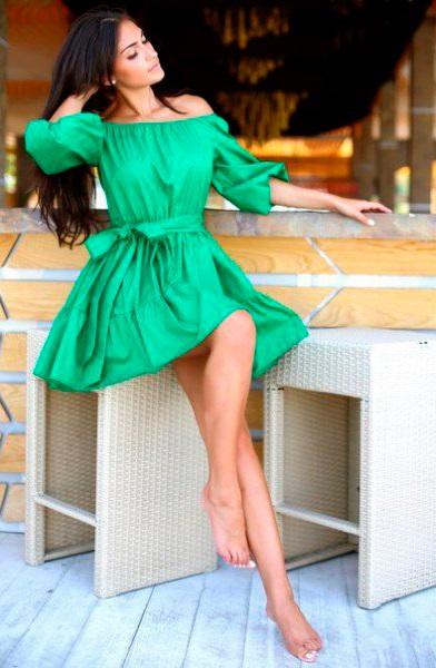 Девушка в зеленом платье с открытыми плечами