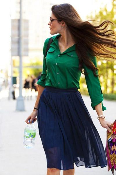 Девушка в зеленой рубашке и синей юбке