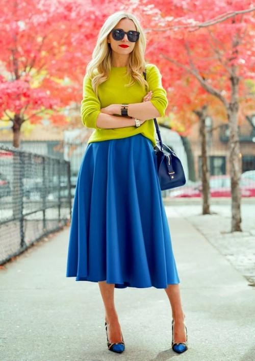 С чем носить синюю юбку расклешенную