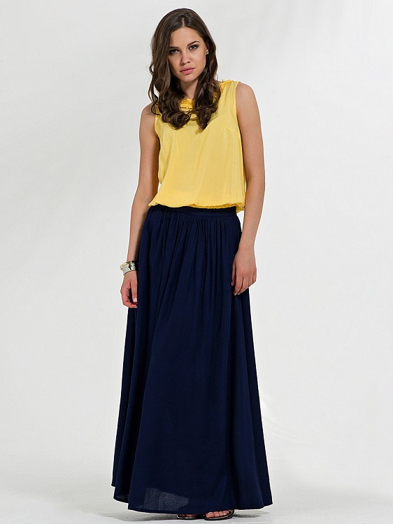 Девушка в желтом топе и синей юбке