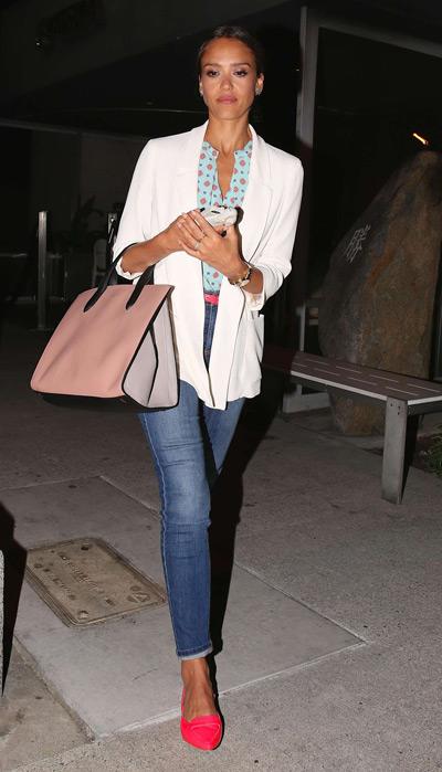 Джессика Альба в джинсах и розовых мокасинах