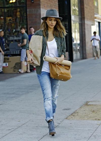 Джессика Альба в джинсах и шляпе