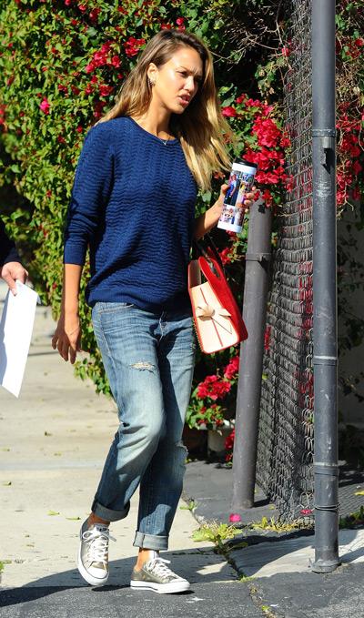 Джессика Альба в джинсах и синем джемпере
