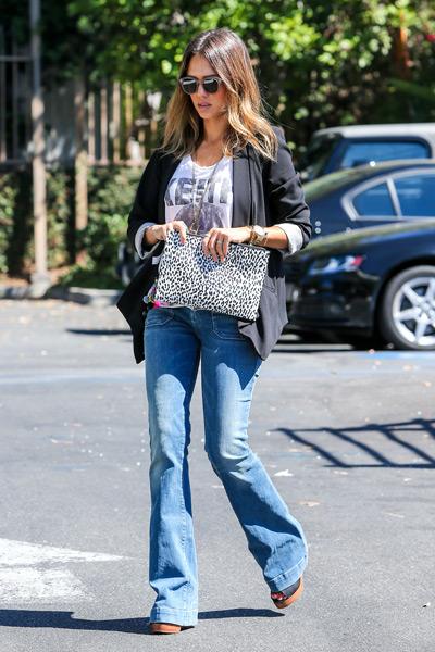 Джессика Альба в джинсах клеш