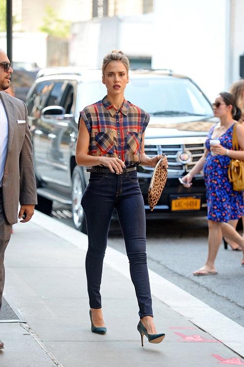 Джессика Альба в джинсах скинни