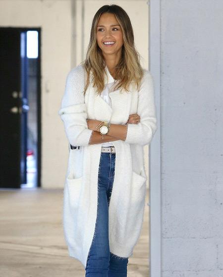 Джессика Альба в голубых джинсах и белом кардигане