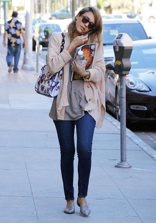 Джессика Альба в лаконичном образе с джинсами