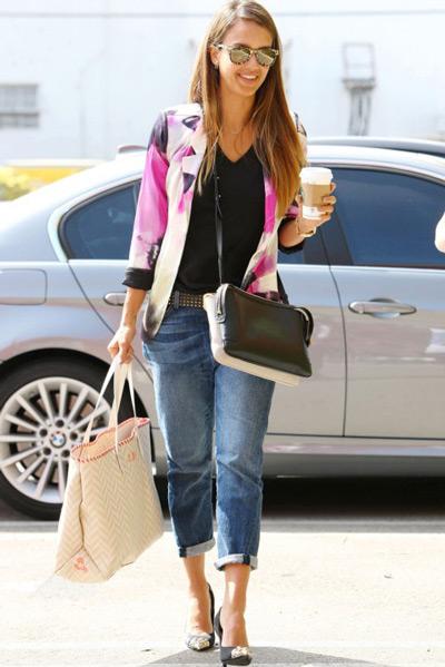 Джессика Альба в модных джинсах и туфлях лодочках
