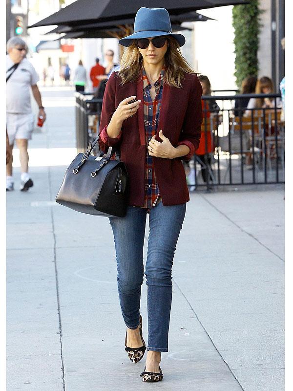 Джессика Альба в пиджаке и джинсах