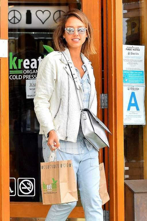 Джессика Альба в светлых джинсах