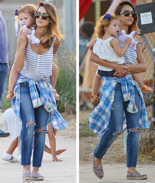 Джессика Алтба в полосатой майке и рваных джинсах с дочкой