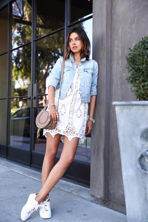 Стильный образ с платьем и кроссовками