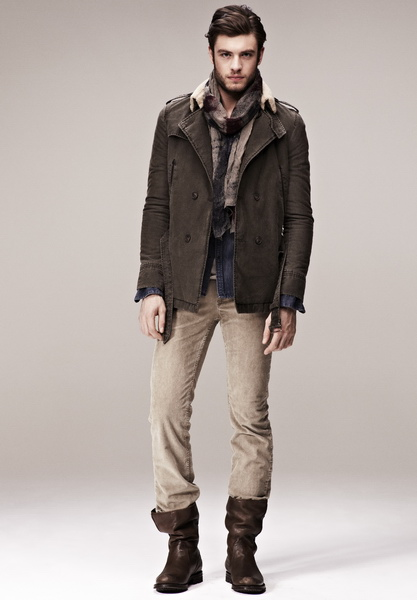 Парень в бежевых брюках и коричневых сапогах