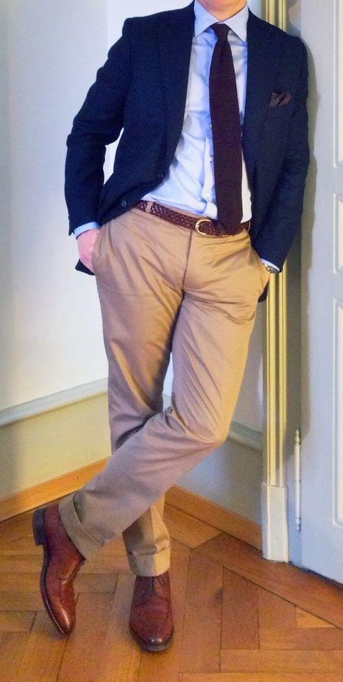 Парень в бежевых брюках и красных туфлях
