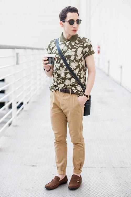 Парень в бежевых брюках и оливковой футболке