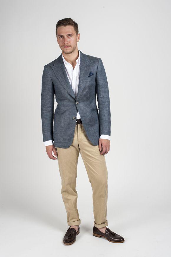 Парень в бежевых брюках и сером пиджаке
