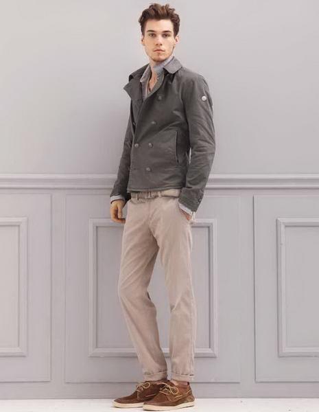 Парень в бежевых брюках и серой куртке