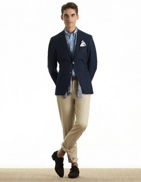 Парень в бежевых брюках и синем пиджаке