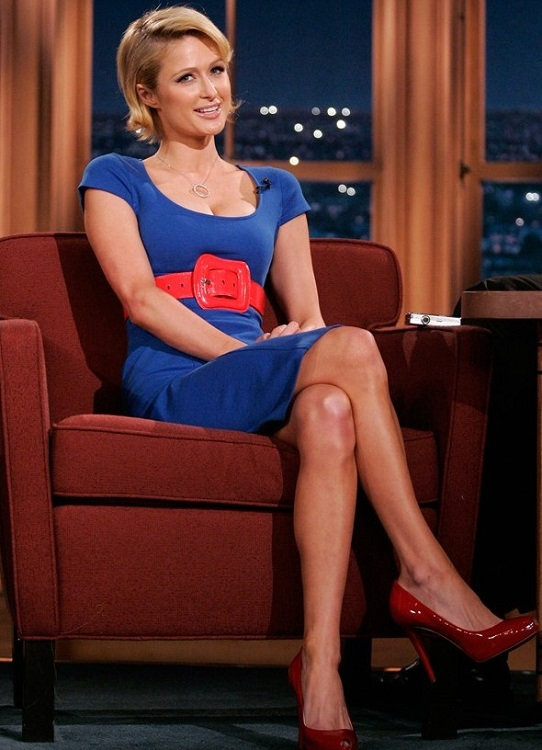 Пэрис Хилтон в синем платье и красных туфлях