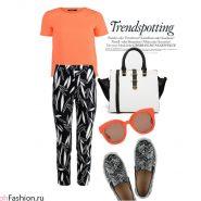 Повседневный летний образ. Коралловая блуза и очки, черные брюки с принтом, слипоны и сумка